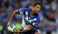 GOSFORD, AUSTRALIA - AUGUST 16: Moses Mbye of the Bulldogs passes the ball during the round 23 NRL match between the Canterbury Bulldogs and the Gold Coast Titans at Central Coast Stadium on August 16, 2015 in Gosford, Australia.  (Photo by Ashley Feder/Getty Images)