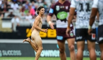 AUCKLAND, NEW ZEALAND - FEBRUARY 06:  A streaker during the 2016 Auckland Nines match between the Warriors and the Sea Eagles at Eden Park on February 6, 2016 in Auckland, New Zealand.  (Photo by Simon Watts/Getty Images)
